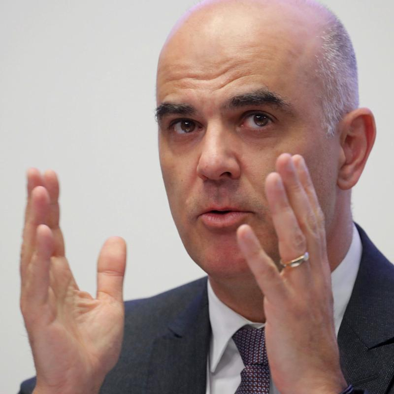 Swiss Interior Minister Alain Berset gestures during a news conference, as the spread of the coronavirus disease (COVID-19) continues, in Zurich, Switzerland April 30, 2020. REUTERS/Arnd Wiegmann - ARND WIEGMANN/REUTERS