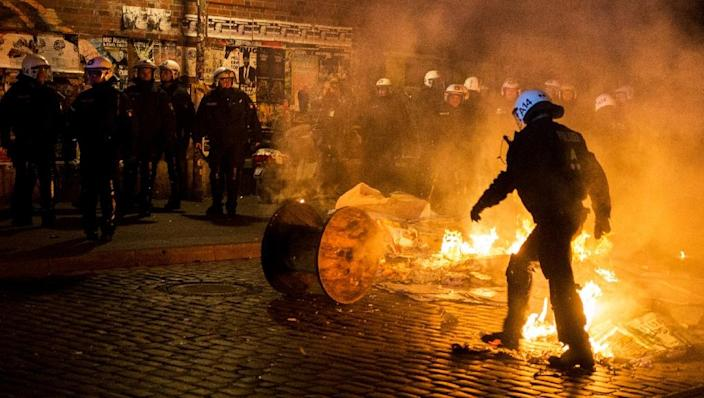 """Riot police in action during clashes with youth amid a far-right """"March of the patriots"""" on September 12, 2015 in Hamburg, Germany (AFP Photo/Henrik Josef Boerger)"""