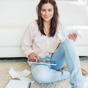 Brunette-calculating-with-a-tablet-pc_web
