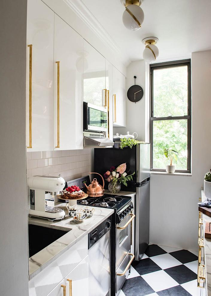 "<div class=""caption""> Natasha revamped her tiny kitchen with marble-like, heat-resistant countertops thanks to a collaboration with Oregon-based <a href=""https://www.stonecoatcountertops.com/"" rel=""nofollow noopener"" target=""_blank"" data-ylk=""slk:Stone Coat Countertops"" class=""link rapid-noclick-resp"">Stone Coat Countertops</a>. ""I reached out to the company, and they loved what I was doing and flew in to make me this countertop,"" she says. </div>"