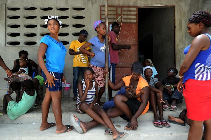 Mileida Benancio (C), 19, with other Haitians deported from Dominican Republic, take refuge in Fonds Parisien, Haiti, close to the border with Dominican Republic, on June 20, 2015 (AFP Photo/Hector Retamal)