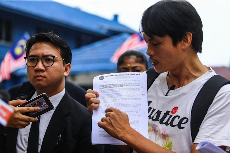 Ng Yap Hwa, spokesperson for the Teoh Beng Hock Trust for Democracy, addresses reporters outside the Petaling Jaya district police headquarters August 11, 2019. — Picture by Hari Anggara
