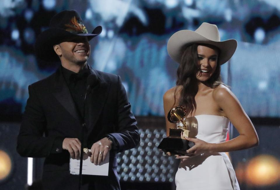 Donnie Wahlberg and Hailee Steinfeld don cowboys hats to present the award for best country album. (Photo: REUTERS/Lucas Jackson)