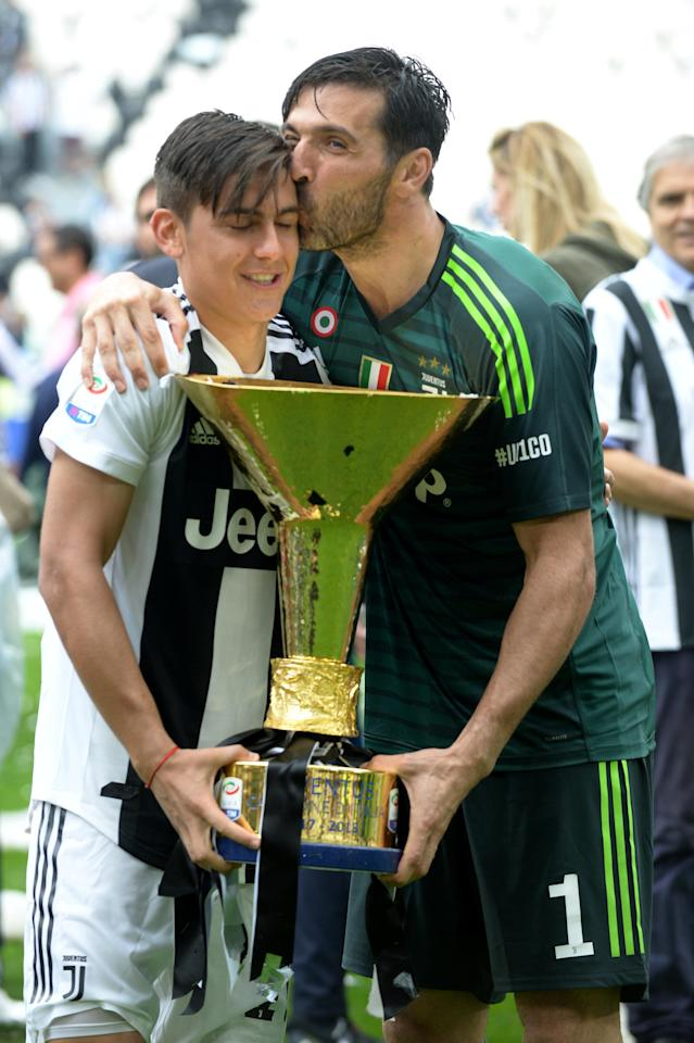 Soccer Football - Serie A - Juventus vs Hellas Verona - Allianz Stadium, Turin, Italy - May 19, 2018 Juventus' Gianluigi Buffon celebrates winning the league with Paulo Dybala and the trophy REUTERS/Massimo Pinca