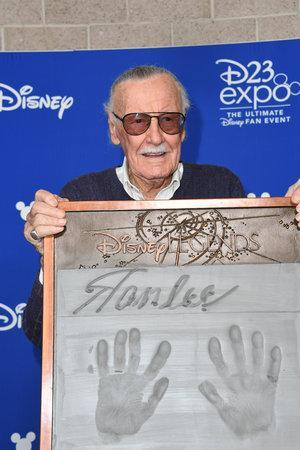 <p>The Marvel maestro shows off his plaque following his Disney Legend induction. (Photo: Disney) </p>
