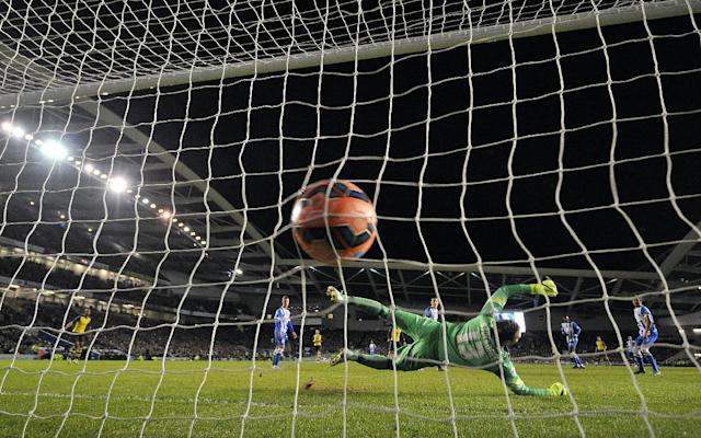 Arsenal's Czech midfielder Tomas Rosicky scores his team's third goal past Brighton's English goalkeeper David Stockdale in Brighton, southern England on January 25, 2015 (AFP Photo/Glyn Kirk)
