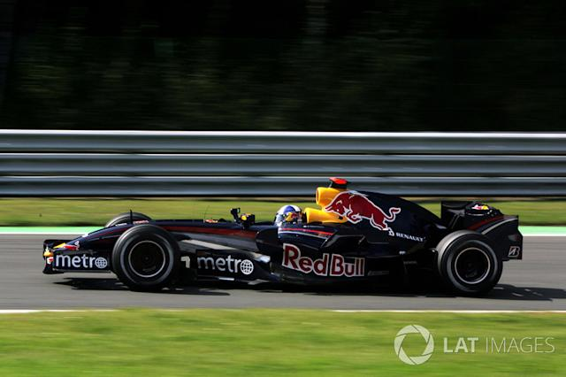 "Red Bull RB3 y Toro Rosso STR2 <span class=""copyright"">Sutton Motorsport Images</span>"