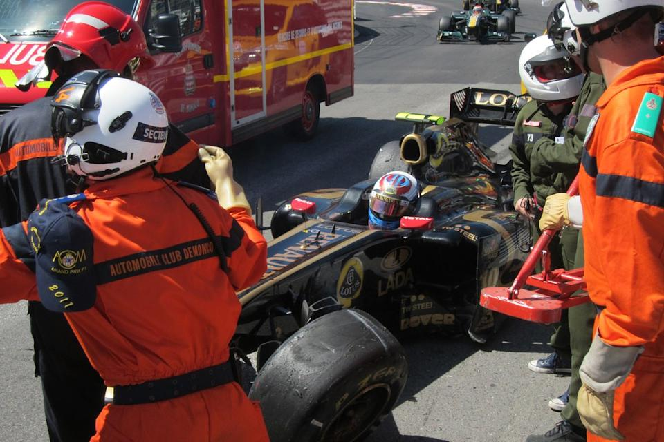 "Vitaly Petrov, Lotus Renault GP R31 después del accidente<span class=""copyright"">Adam Cooper</span>"