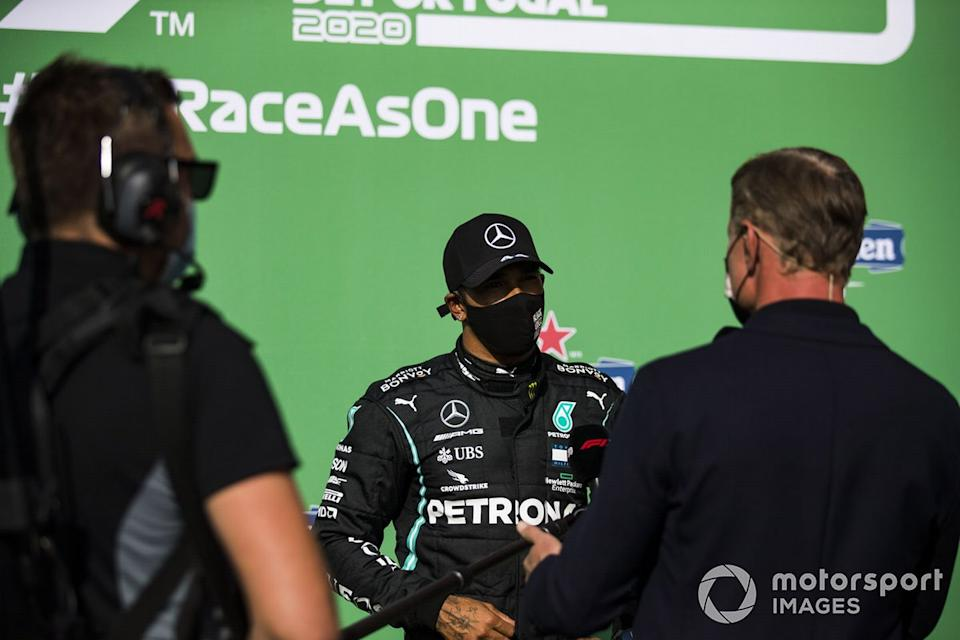 "David Coulthard y el ganador de la pole position Lewis Hamilton, Mercedes-AMG F1<span class=""copyright"">Sam Bloxham / Motorsport Images</span>"