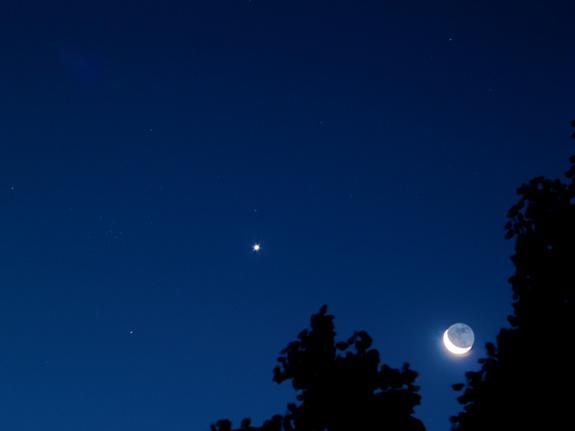 Bright Venus and Moon to Shine in Friday Morning Sky