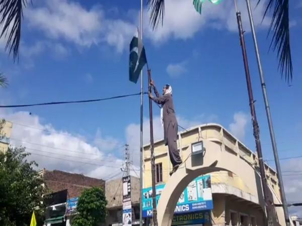 Activist and journalist Tanveer Ahmed is seen claiming to have removed a Pakistani flag from the area