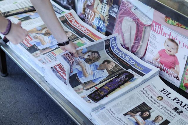 BARCELONA, SPAIN - JULY 24: A newspaper stand sells Spanish newspapers featuring the birth of the new royal baby to the Duke and Duchess of Cambridge on July 24, 2013 in Barcelona. Catherine, Duchess of Cambridge gave birth to a boy on July 22 at 16.24 BST, weighing 8lb 6oz, with Prince William at her side. The baby, as yet unnamed, is third in line to the throne and becomes the Prince of Cambridge. (Photo by David Ramos/Getty Images)