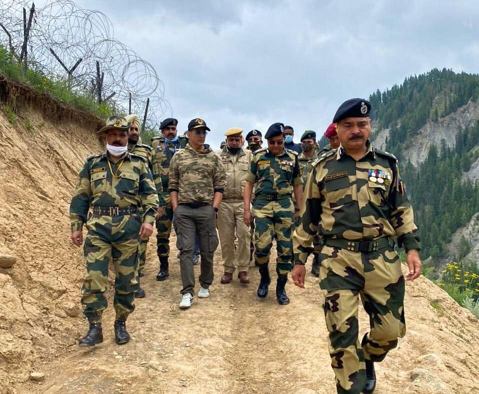 """<div class=""""paragraphs""""><p>Akshay with the jawans. </p></div>"""