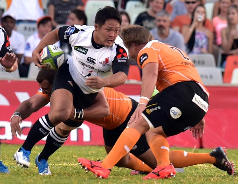 Sunwolves' Yusuke Niwai (C) vies with Cheetahs' Torsten van Jaarsveldduring during their match on March 11, 2017 in Bloemfontein, South Africa