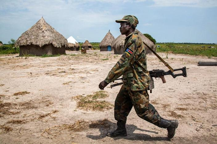 A soldiers of the Sudan People Liberation Army (SPLA) through the empty village of Lelo, outside Malakal, northern South Sudan (AFP Photo/Albert Gonzalez Farran)