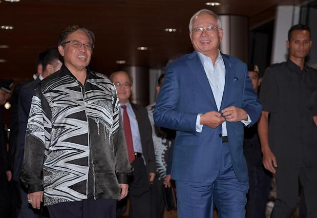 Datuk Patinggi Abang Johari Openg (left) urges the Sarawak BN to strive for convincing victories in the 14th general election. ― Bernama pic