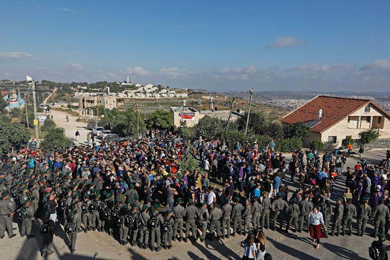 Israeli activists scuffle with police at the Netiv Haavot settlement outpost in the occupied West Bank on June 12, 2018 in protest at the eviction of 15 families in accordance with a Supreme Court order (AFP Photo/Menahem KAHANA)