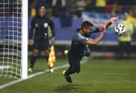 FILE PHOTO: Argentina's goalie Sergio Romero stops a shot by Colombia's Juan Zuniga during penalty kicks following the end of regulation play in their Copa America 2015 quarter-finals soccer match at Estadio Sausalito in Vina del Mar, Chile, June 26, 2015. REUTERS/Ueslei Marcelino