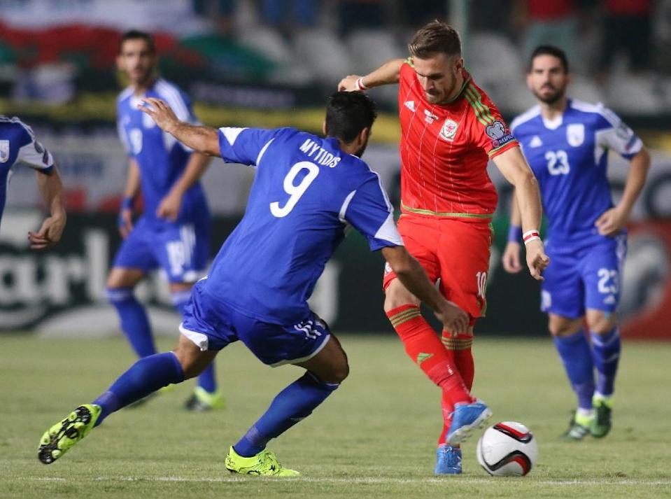 Aaron Ramsey of Wales takes on Nestor Mytidis (L) of Cyprus during their EURO 2016 qualifying match in Nicosia on September 3, 2015 (AFP Photo/Sakis Savvides)