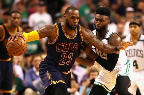 <p>BOSTON, MA – MAY 17: LeBron James #23 of the Cleveland Cavaliers handles the ball in the second half against the Boston Celtics during Game One of the 2017 NBA Eastern Conference Finals at TD Garden on May 17, 2017 in Boston, Massachusetts. NOTE TO USER: User expressly acknowledges and agrees that, by downloading and or using this photograph, User is consenting to the terms and conditions of the Getty Images License Agreement. (Photo by Elsa/Getty Images) (圖片來源:Associated Press) </p>