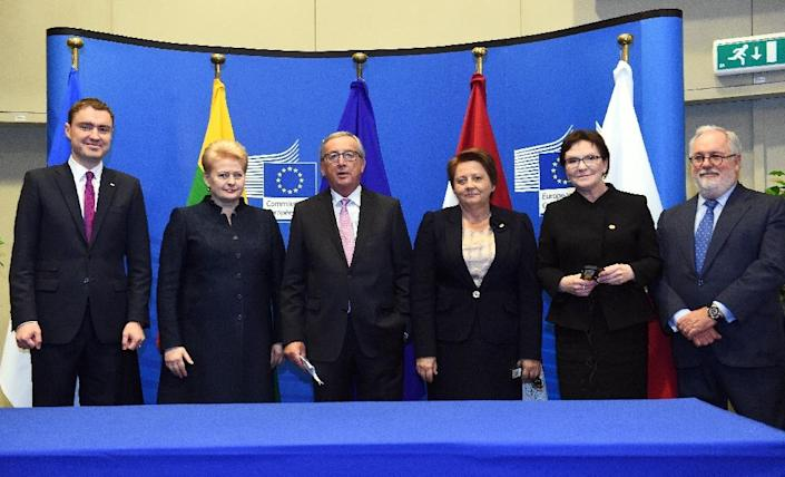 Leaders from Estonia, Lithuania, Lativia, Poland, the European Commission and the European Commission for Climate Action and Energy at the signing of a deal to build the first gas interconnector between Poland and Lithuania on October 15, 2015 (AFP Photo/Emmanuel Dunand)