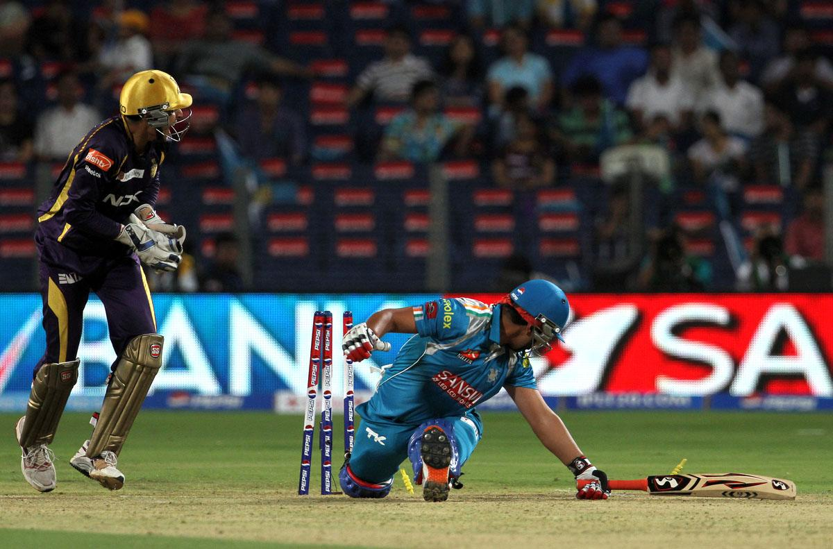 Kolkata Knight Riders player Manvinder Singh Bisla tries to stump out Pune Pune Warriors player Mahesh Rawat during match 56 of the Pepsi Indian Premier League ( IPL) 2013  between The Pune Warriors India and the Kolkata Knight Riders held at the Subrata Roy Sahara Stadium, Pune on the 9th May 2013. (BCCI)