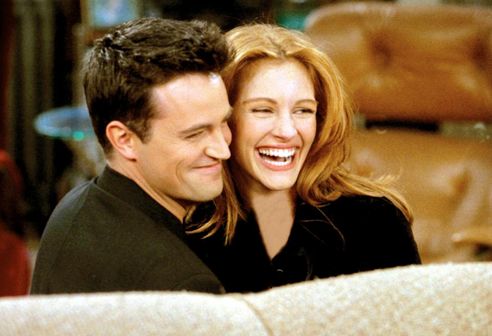 Matthew Perry and Julia Roberts on the star-studded post-Super Bowl episode of 'Friends' (Photo: Warner Bros. / Courtesy: Everett Collection)