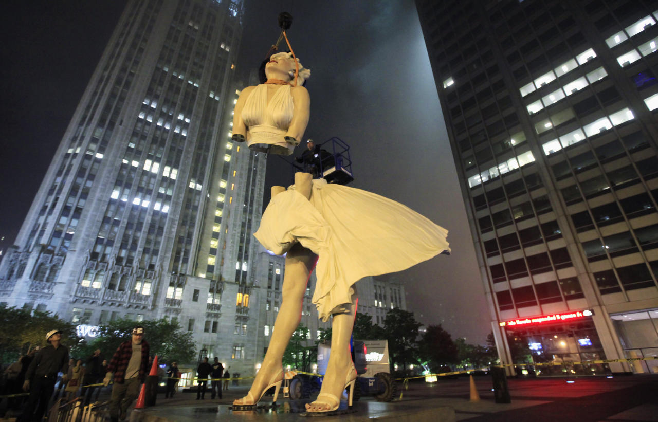 A 26-foot tall statue of Marilyn Monroe is separated for disassembly in Chicago Photographer:   (C)Jim Young