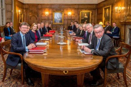 May holds Chequers Brexit cabinet meeting