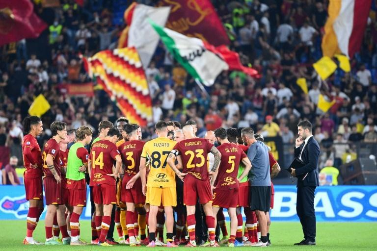 Jose Mourinho's (C) Roma team dominated for long periods but lost their derby to Lazio (AFP/Vincenzo PINTO)