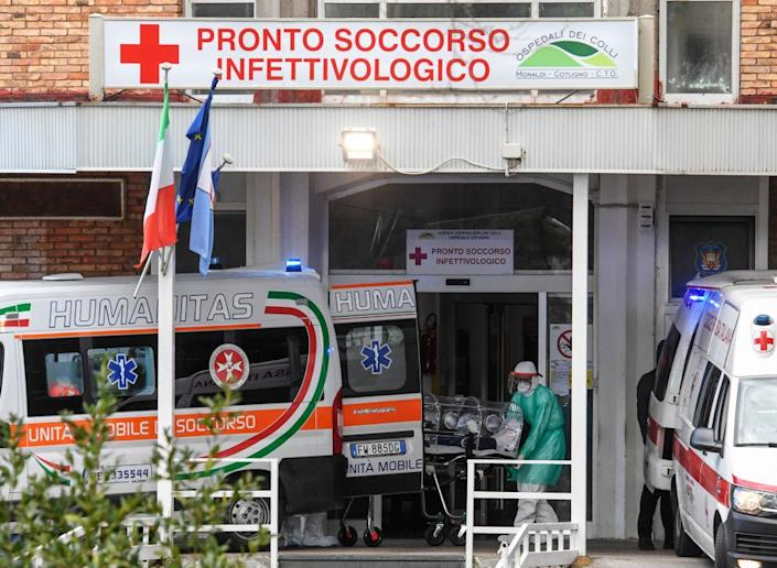 Nurses carry a Coronavirus COVID-19 patient with a high bio-containment stretcher in Italy. Source: Getty