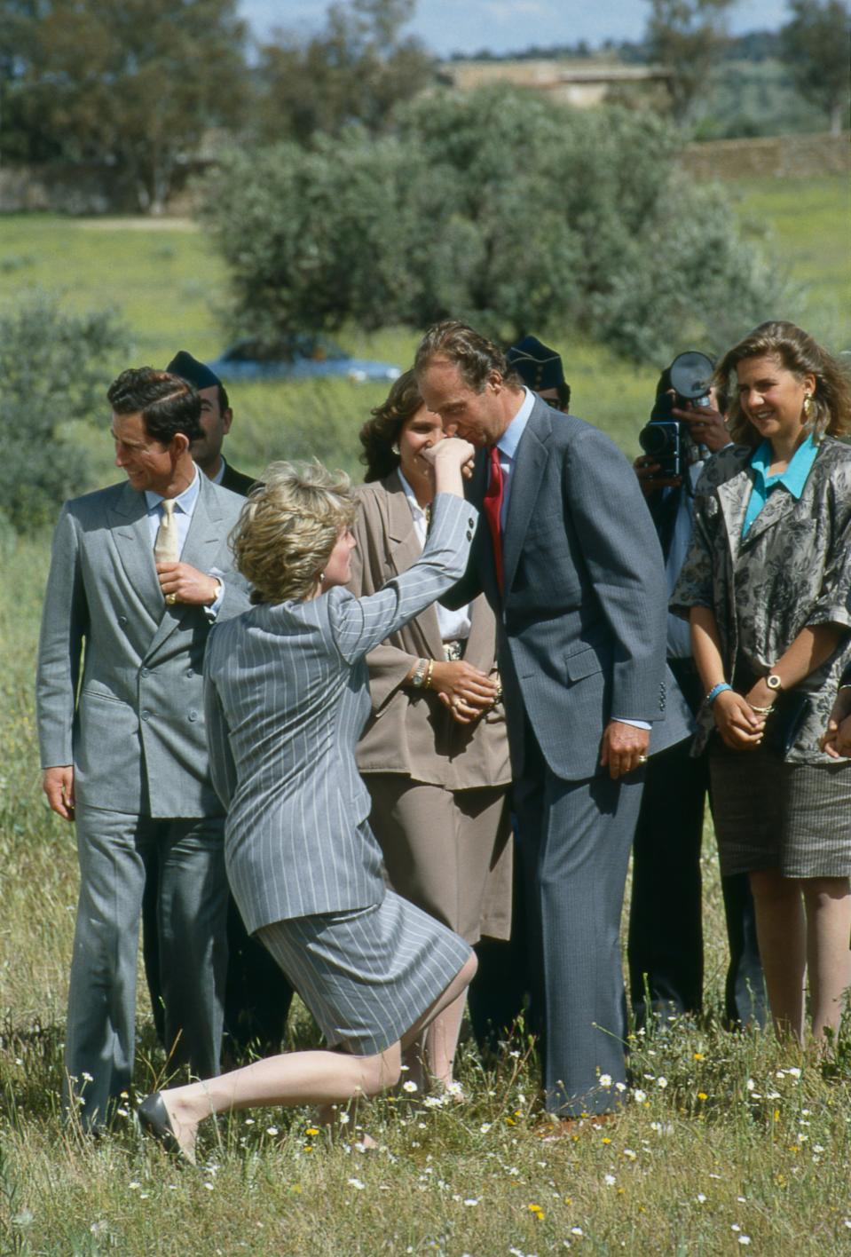 En abril de 1987 el príncipe Carlos y Lady Di hicieron una visita oficial a España. Los <em>royals </em>pasaron por Toledo y dejaron esta curiosa instantánea en la que Diana muestra sus respetos al monarca. (Foto: Tim Graham Photo Library / Getty Images)