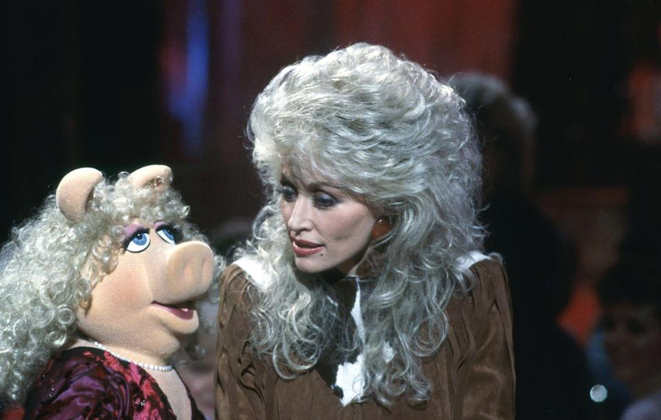 "<p>The muppet appeared on Dolly's show in 1987, and <a href=""https://www.youtube.com/watch?v=hXDNlj677UI"" rel=""nofollow noopener"" target=""_blank"" data-ylk=""slk:the two sang a duet"" class=""link rapid-noclick-resp"">the two sang a duet</a> with surprisingly similar hairstyles.</p>"