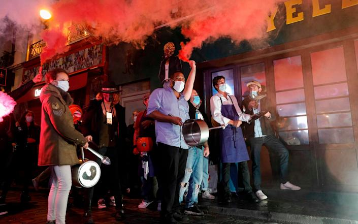 Restaurants and bars owners make noise as they protest in Paris on September 29, 2020, as the city is being forced to close bars and restaurants due to the health situation caused by the spread of the Covid-19 novel coronavirus. - Geoffroy van der Hasselt/AFP
