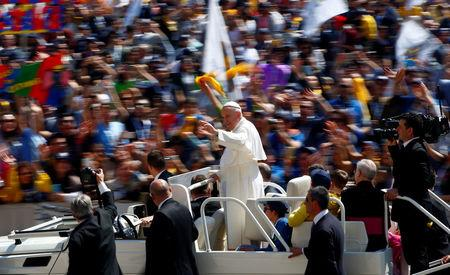 Pope Francis waves as he arrives to lead special audience for Catholic Action members in St. Peter's Square at the Vatican, April 30, 2017.  REUTERS/Tony Gentile