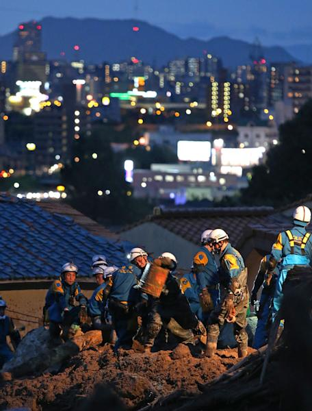 Rescue workers search for missing people a day after a landslide hit a residential area in Hiroshima, western Japan on August 21, 2014 (AFP Photo/Jiji Press)