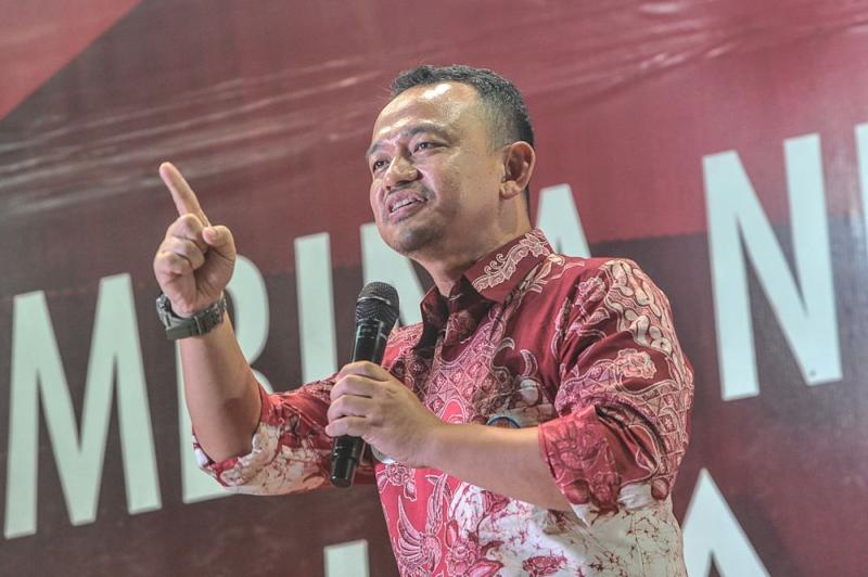 Education Minister Maszlee Malik says an education system that is based on technology would also help ease the burden of both students and teachers. — Picture by Shafwan Zaidon