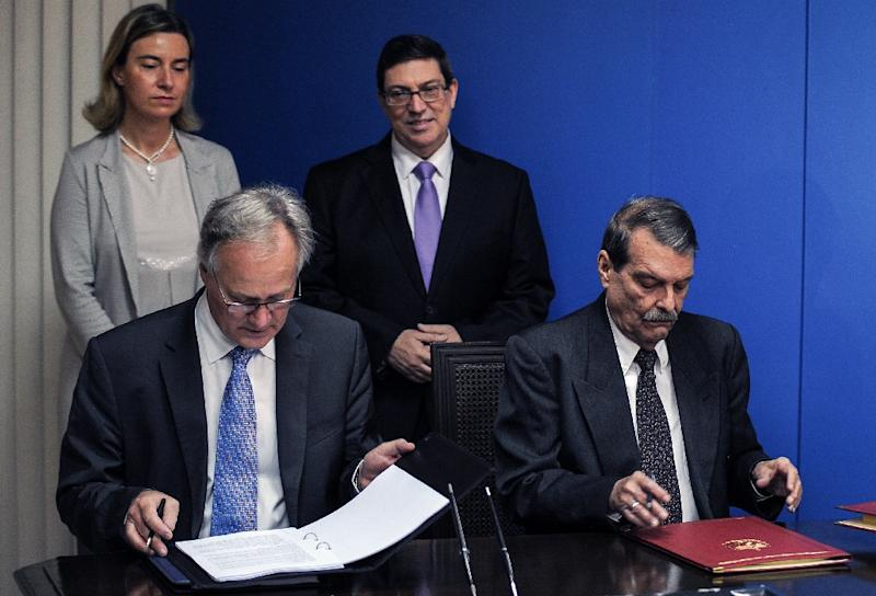 EU Deputy Secretary General for Economic Affairs Christian Leffler (2-L) and Cuban Deputy Foreign Minister Abelardo Moreno (R), sign bilateral agreements in Havana (AFP Photo/Yamil Lage)