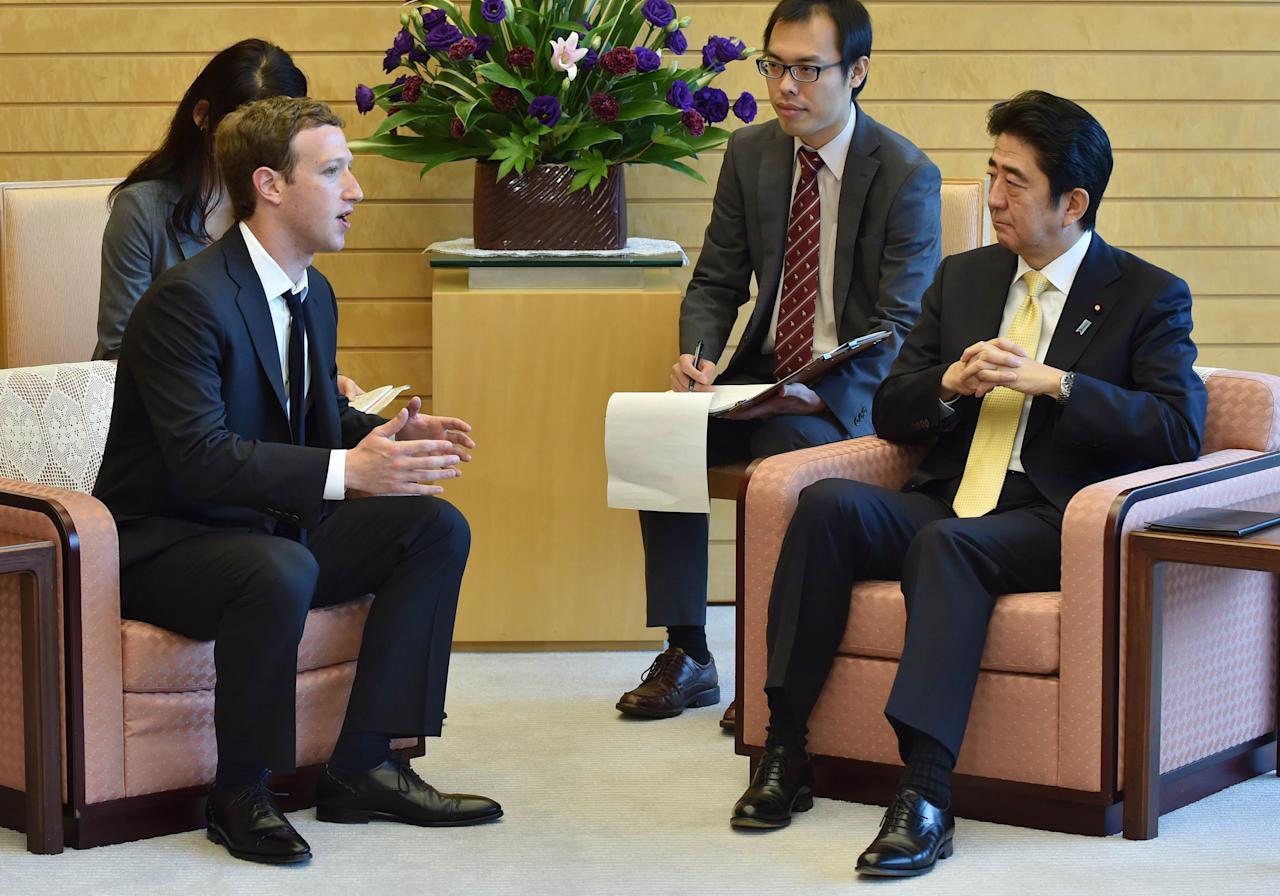 Mark Zuckerberg (2nd L), founder and CEO of Facebook, meets with Japan's Prime Minister Shinzo Abe (R) at Abe's official residence in Tokyo October 20, 2014.  REUTERS/Kazuhiro Nogi/Pool (JAPAN - Tags: POLITICS)