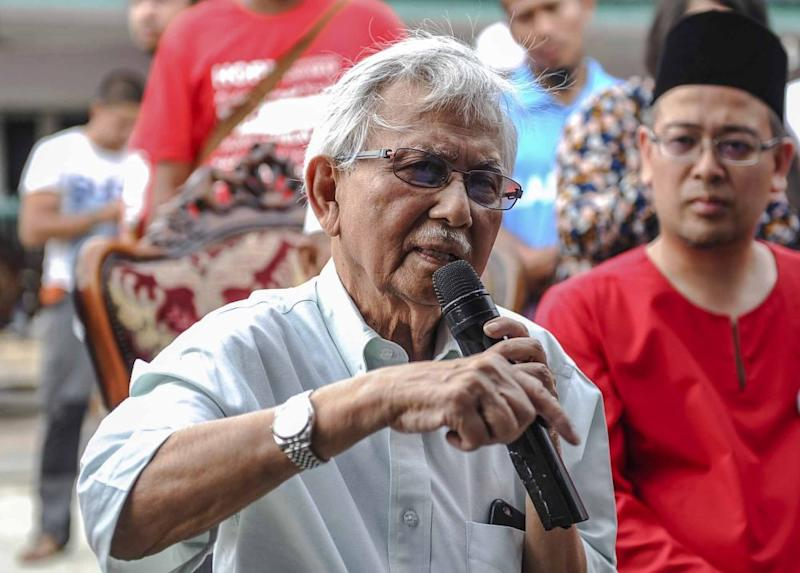 Daim said he had come up with a two-pronged strategy for BN's defeat in GE14: make voters believe MCA and MIC are irrelevant and then focus on Felda votes. ― Picture by Firdaus Latif