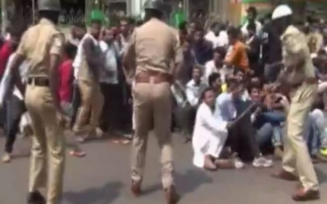 Mangalore: Police lathicharge PFI protestors seeking probe in custodial torture of accused