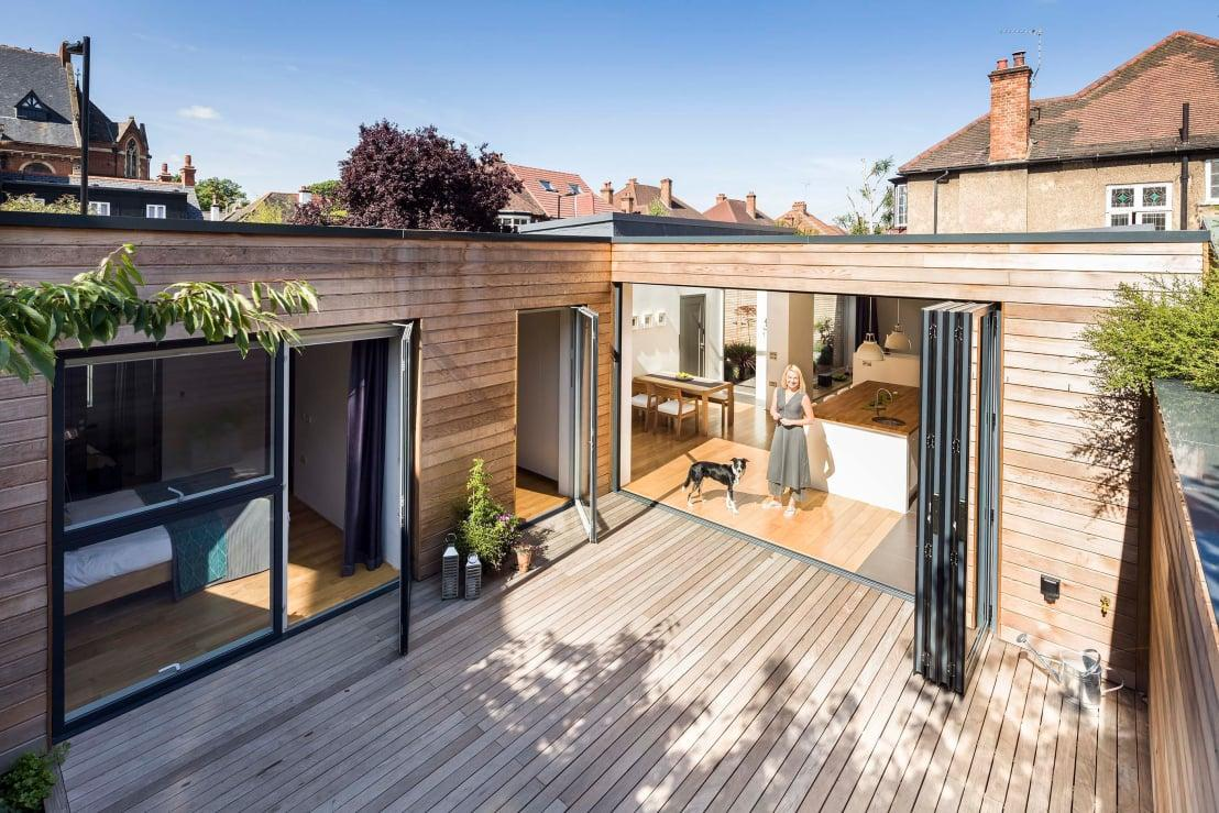 """<p><a rel=""""nofollow"""" href=""""https://www.homify.co.uk/professionals/decks-patios-outdoor-enclosures"""">Patio designers and builders</a> know that not everyone has access to a huge budget and as such, cheaper styles that still pack a punch are essential. In terms of value-added<a rel=""""nofollow"""" href=""""https://www.homify.co.uk/rooms/garden"""">garden</a> ideas, UK homeowners have been making the most of them for years, due to the sheer volume of tightly interwoven properties that don't have access to great sprawling landscapes behind them. Terraced houses, in particular, fall into this remit and need beautiful outdoor areas to be created in a small space and, often as not, in accordance with equally small budgets.</p><p><a rel=""""nofollow"""" href=""""https://www.homify.co.uk/ideabooks/2744757/simple-and-affordable-patio-ideas"""">Budget patio designs</a> often focus on one material, such as wooden decking, as this helps to create a seamless and cohesive finish that doesn't look like a compromise. Using a minimalist design ethos helps to make a lack of expensive furniture look deliberate as well.</p>  Credits: homify / Designcubed"""