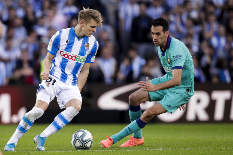 SAN SEBASTIAN, SPAIN - DECEMBER 14: (L-R) Martin Odegaard of Real Sociedad, Sergio Busquets of FC Barcelona during the La Liga Santander match between Real Sociedad v FC Barcelona at the Estadio Anoeta on December 14, 2019 in San Sebastian Spain (Photo by David S. Bustamante/Soccrates/Getty Images)