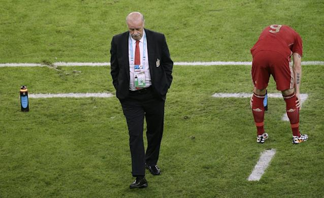 Spain's head coach Vicente Del Bosque, left, walks through the coach zone during the group B World Cup soccer match between Spain and Chile at the Maracana Stadium in Rio de Janeiro, Brazil, Wednesday, June 18, 2014. (AP Photo/Christophe Ena)