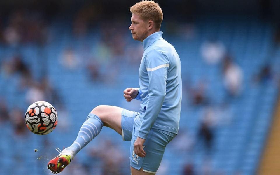 Manchester City's Belgian midfielder Kevin De Bruyne warms up ahead of the English Premier League football match - AFP