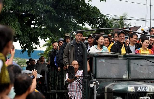 President Benigno Simeon Aquino III with Sister Kris and some members of his cabinet and political group Liberal Party rode a military truck to inspect the extent of flood along the streets of Barangay Tunasan in Muntinlupa after distrubuting releif goods to affected residents in the area, Wednesday,Aug 8,2012. (MPB, NPPA Images)