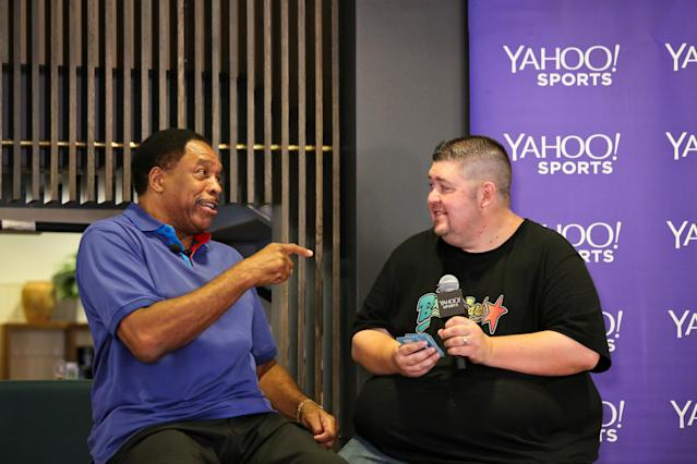 Dave Winfield opens old baseball cards. (Yahoo Sports)