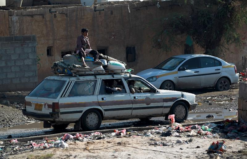 Yemenis drive in a car loaded with their belongings in the capital Sanaa as they move to a safer place on March 26, 2015 (AFP Photo/Mohammed Huwais)