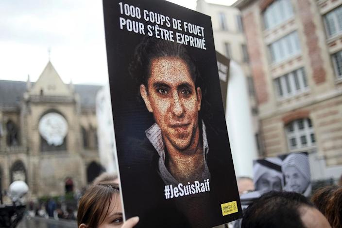 """People demonstrate in support of Raif Badawi, who was sentenced to 1,000 lashes for """"insulting Islam, on May 7, 2015 in Paris (AFP Photo/Stephane De Sakutin)"""