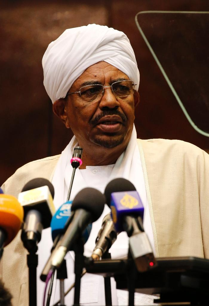 Sudanese President Omar al-Bashir addresses parliament in Khartoum on October 19, 2015 (AFP Photo/Ashraf Shazly)